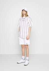 Karl Kani - SMALL SIGNATURE PINSTRIPE TEE - T-shirt med print - white - 3