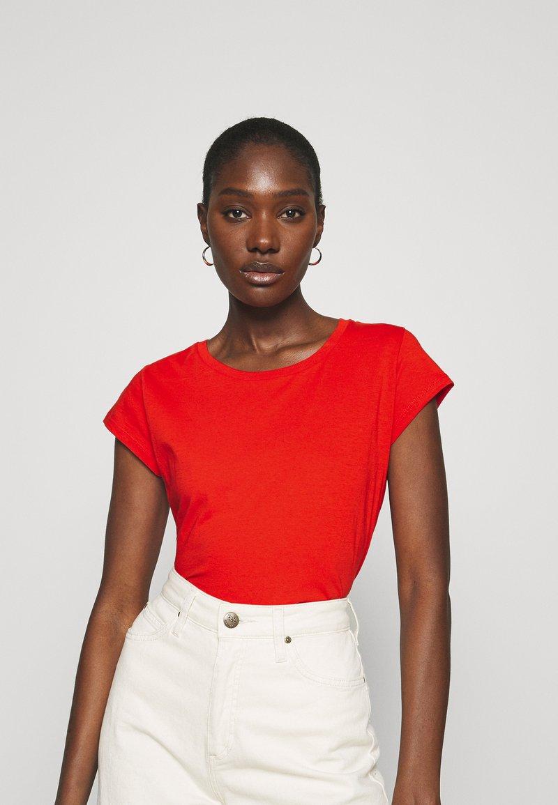 Mads Nørgaard - FAVORITE TEASY - Basic T-shirt - fiery red