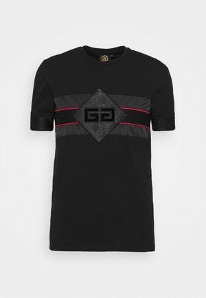GALOS TEE - T-shirt med print - jet black/red