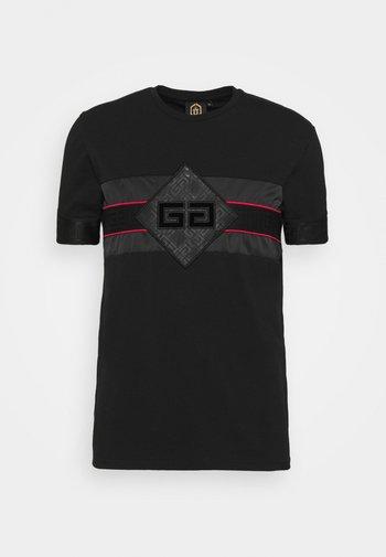 GALOS TEE - Print T-shirt - jet black/red