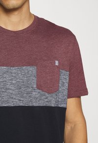 TOM TAILOR - CUTLINE - T-shirt med print - dusty wildberry red - 5