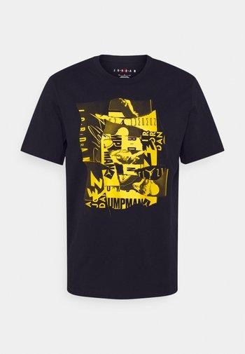 BRAND CREW - Print T-shirt - black/tour yellow