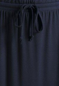 VILA PETITE - VIDELL MAXI SKIRT - Maxi skirt - navy blazer - 2