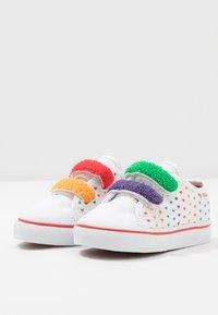 Vans - STYLE  - Matalavartiset tennarit - rainbow/true white - 3