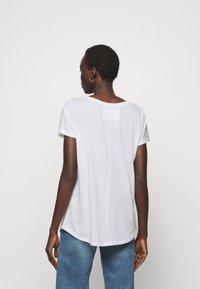 True Religion - RELAX CREW - Print T-shirt - white - 2