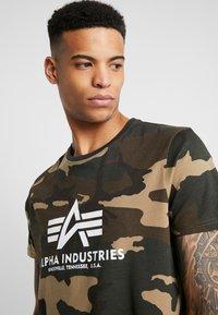 Alpha Industries - T-shirt z nadrukiem - woodland camo - 4