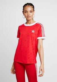 adidas Originals - TEE - T-shirt med print - scarlet - 0