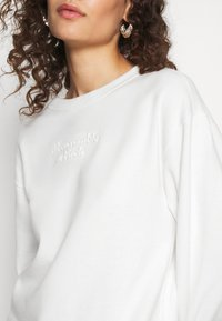 Abercrombie & Fitch - EMBOSSED LOGO PUFF SLEEVE CREW - Sweatshirt - white - 6