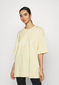 Monki - CISSI TEE - T-shirt med print - yellow light - 0
