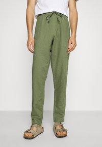 Anerkjendt - AKJOHN PANT - Trousers - olivine - 0