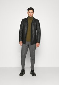 Selected Homme - SLHSLIMTAPERED THEO PANTS - Trousers - grey/houndstooth - 1