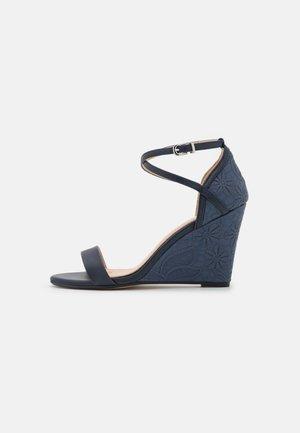 KAREN - Sandały na koturnie - blue