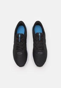 Nike Performance - REVOLUTION 5 EXT - Zapatillas de running neutras - black/coast/dark smoke grey/white - 3