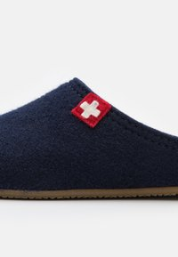 Living Kitzbühel - FILZPANTOFFEL SCHWEIZER KREUZ MIT FUSSBETT  - Pantoffels - nachtblau - 5