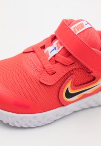 Nike Performance - REVOLUTION 5 FIRE  - Hardloopschoenen neutraal - laser crimson/dark smoke grey/opti yellow - 5