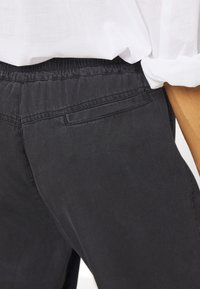 Marc O'Polo - TRAVEL PANTS - Pantalones - black - 5