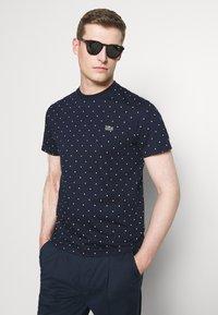 Lacoste - Print T-shirt - navy blue - 3
