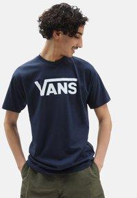 Vans - MN VANS CLASSIC - T-shirt med print - dress blues white - 0