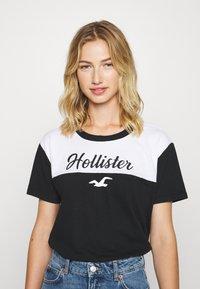 Hollister Co. - SPORTY - Camiseta estampada - black/white - 0