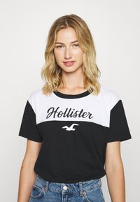 Hollister Co. - SPORTY - Print T-shirt - black/white - 0