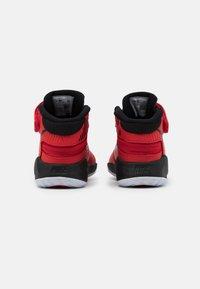 Nike Performance - TEAM HUSTLE D 9 FLYEASE UNISEX - Zapatillas de baloncesto - university red/black - 2
