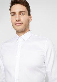 OLYMP - OLYMP NO.6 SUPER SLIM FIT - Koszula biznesowa - white - 3
