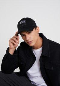 Versace Jeans Couture - VISOR LABEL - Cap - black - 1