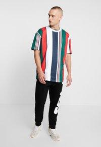 Urban Classics - HEAVY OVERSIZED BIG STRIPE TEE - Print T-shirt - white/navy - 1