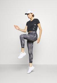 Nike Performance - RUN MILER  - Camiseta estampada - black/particle grey/silver - 1
