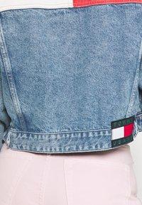 Tommy Jeans - CROP TRUCKER JACKET - Džínová bunda - denim light - 4