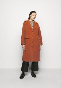 Proenza Schouler White Label - DOUBLEFACE COAT WITH SIDE SLITS - Zimní kabát - chestnut - 0