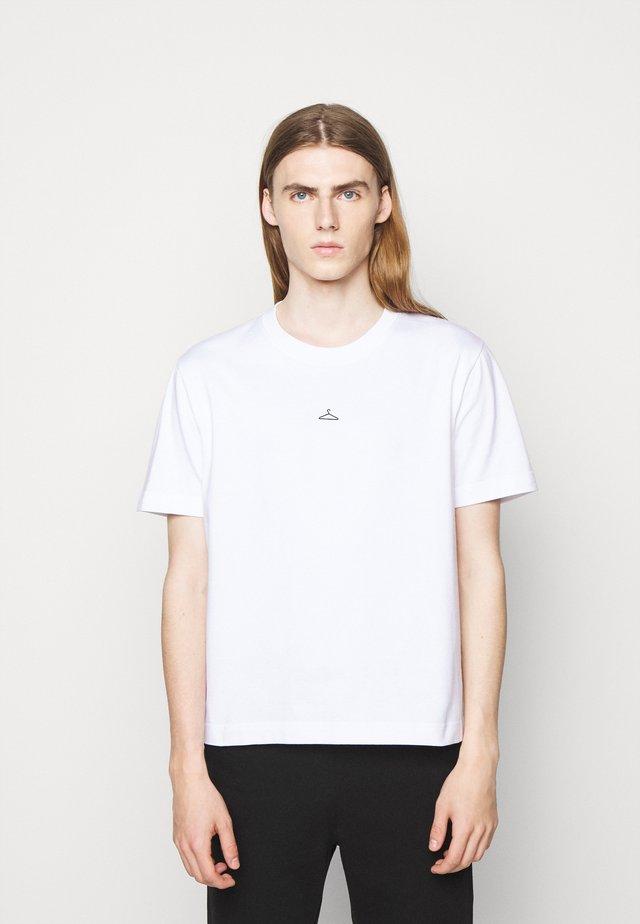 HANGER TEE - T-shirts med print - white