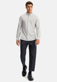 WE Fashion - SLIM FIT - Camicia - light grey - 1