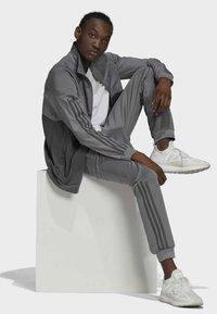 adidas Originals - BLOCKED POLY ORIGINALS SPRT COLLECTION TRACK PANTS - Träningsbyxor - grey - 4