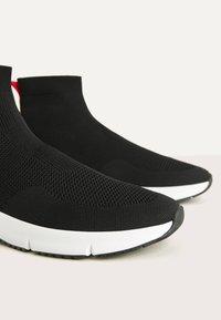 Bershka - MIT ELASTISCHEM SCHAFT - Sneakers high - black - 4