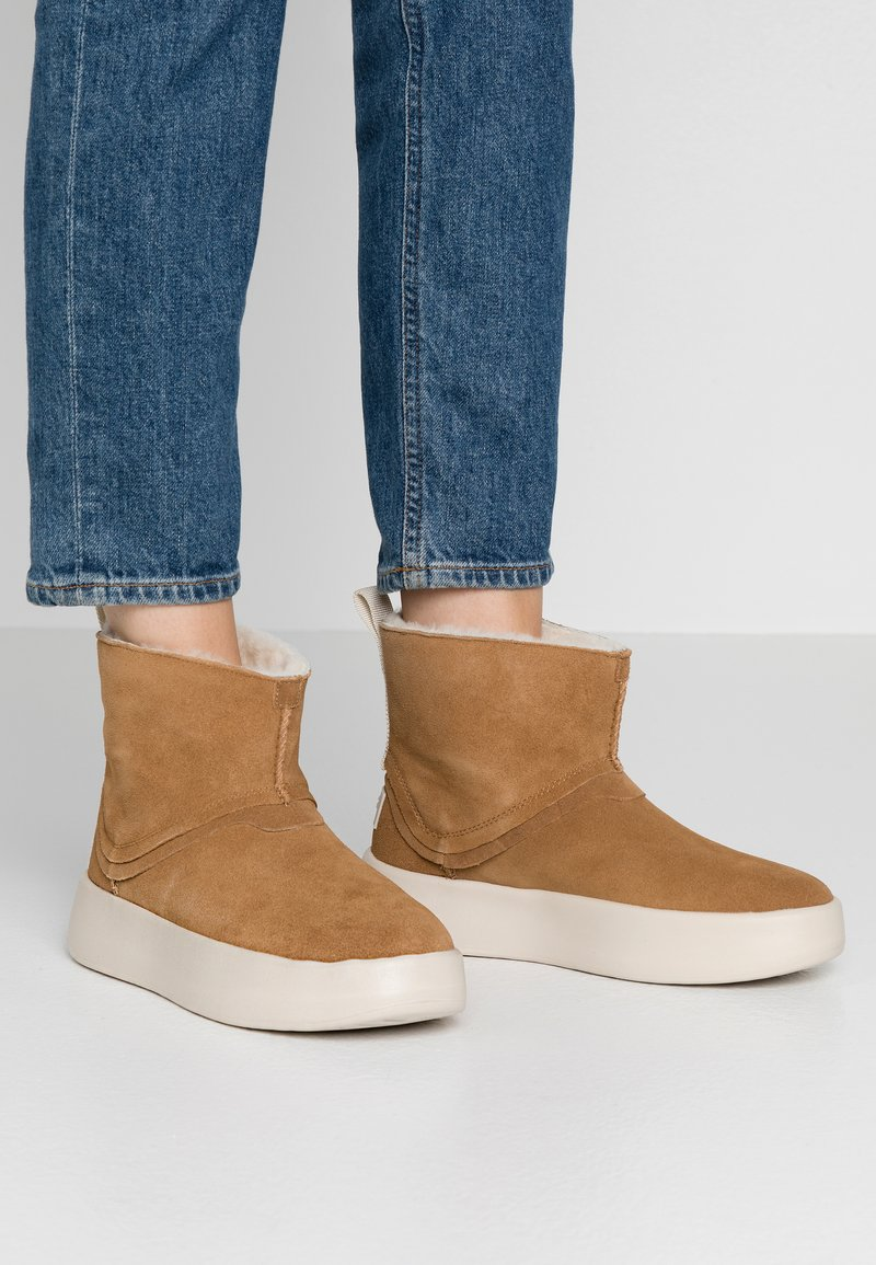 UGG - CLASSIC BOOM BOOT - Platform ankle boots - chestnut