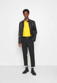 Selected Homme - SLHLOOSEGILMAN O NECK TEE - Basic T-shirt - mango mojito - 1