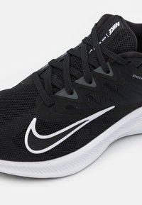 Nike Performance - QUEST 3 - Obuwie do biegania treningowe - black/white/iron grey - 5