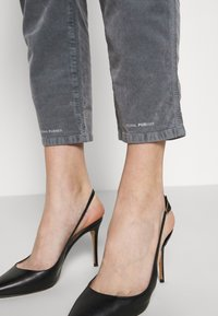 CLOSED - PEDAL PUSHER - Pantalones - grey stone - 4