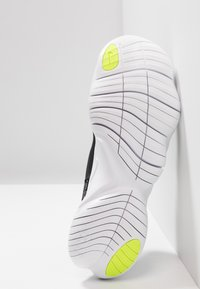 Nike Performance - FREE RN 5.0 - Minimalistické běžecké boty - black/white/anthracite/volt - 4