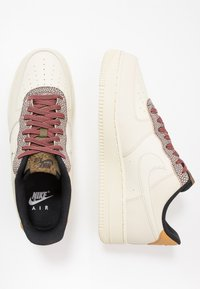 Nike Sportswear - AIR FORCE 1 '07 LV8 - Matalavartiset tennarit - wheat/shimmer/club gold/black - 1