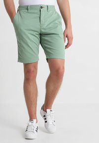 Superdry - INTERNATIONAL CHINO SHORT - Shorts - green tea - 0