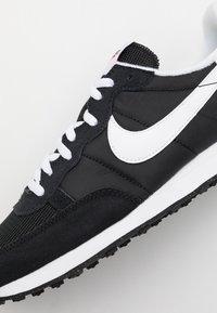 Nike Sportswear - CHALLENGER OG UNISEX - Sneakers - black/white - 7
