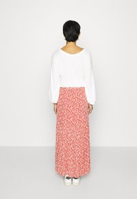 Abercrombie & Fitch - TIERED HIGH SLIT MAXI SKIRT - Maxi sukně - red - 2