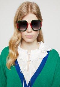 Gucci - Sluneční brýle - green/red - 1