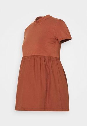 MLCAROLIN - Camiseta estampada - copper brown