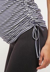 JoJo Maman Bébé - GATHERED - Print T-shirt - navy ecru stripe - 5