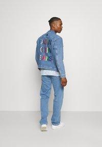 Calvin Klein Jeans - 90'S STRAIGHT LOGO WAISTBAND - Džíny Straight Fit - denim medium - 2