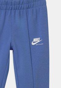 Nike Sportswear - HERITAGE - Teplákové kalhoty - royal pulse - 2