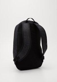 Nike SB - NIKE COURTHOUSE - Batoh - black/white - 1